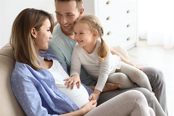 Gravid kvinne med familie